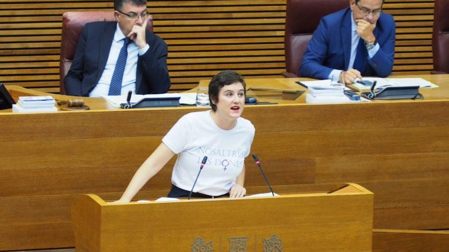 La diputada de Unides Podem Cristina Cabedo en la tribuna de las Corts