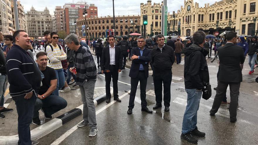 El delegado del Gobierno, Juan Carlos Fulgencio (centro con camisa azul), ha supervisado a pie de calle el dispositivo policial