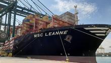 El buque MSC Leanne, con material procedente de China en el puerto de València.