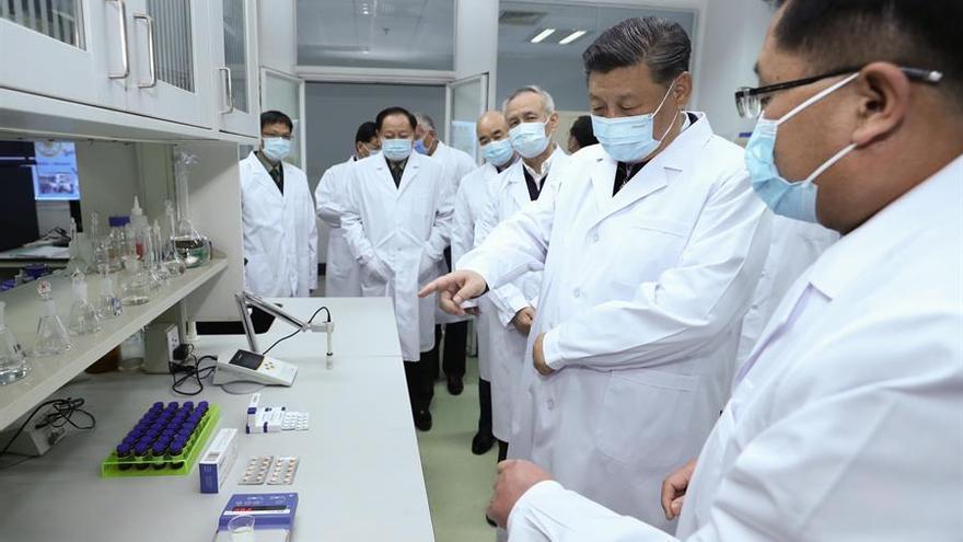 Una imagen publicada por la Agencia de Noticias Xinhua muestra al presidente chino, Xi Jinping, quien también es secretario general del Comité Central del Partido Comunista de China y presidente de la Comisión Militar Central, aprendiendo sobre progreso en la vacuna y el cuerpo durante su visita a la Academia de Ciencias Médicas Militares en Beijing, capital de China, el 02 de marzo de 2020 (emitido el 03 de marzo de 2020).