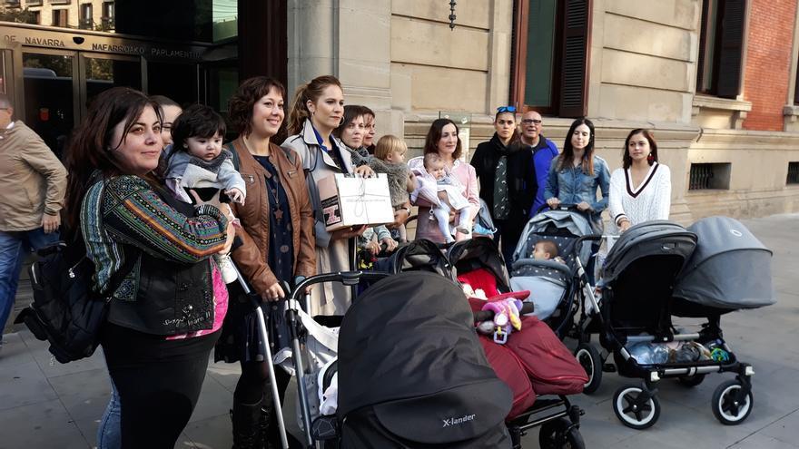 Las madres que reclaman la devolución del IRPF se reúnen este viernes con los grupos del Parlamento