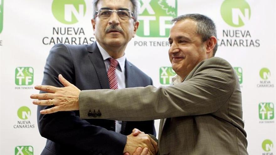 El presidente de Nueva Canarias y diputado en el Parlamento de Canarias, Román Rodríguez (i), y el coordinador de XTF - Por Tenerife y concejal de Santa Cruz de Tenerife, José Manuel Corrales, suscribierón hoy un acuerdo político. EFE