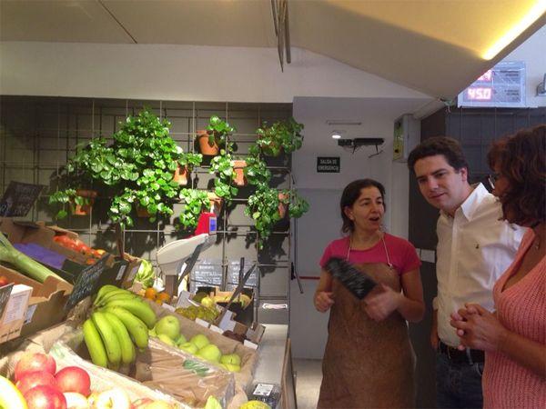 Borja Sarasola en la frutería | Fotografía: Comunidad de Madrid