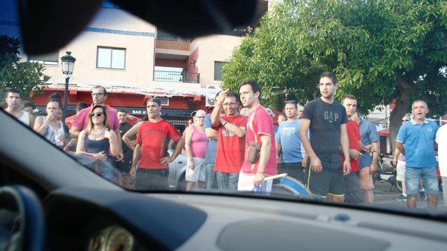 Los aficionados rodearon el coche de la fotoperiodista y le provocaron unos daños de 2.200 euros en chapa y pintura.
