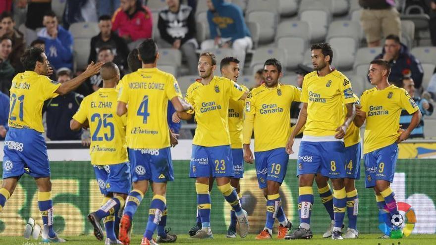 Los jugadores de la UD Las Palmas celebrando un gol ante la Real Sociedad en el encuentro de ida del partido de Copa del Rey en el Estadio de Gran Canaria.