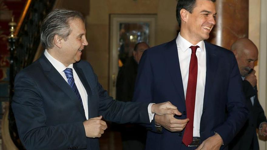 Sánchez cuestiona a qué cafetería va el PP para decir que crisis es historia