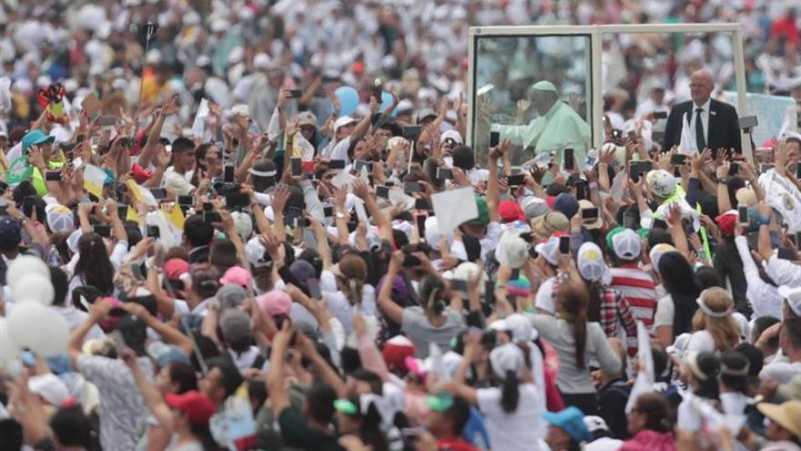 El papa agradece su paciencia y coraje a los fieles de la misa en Medellín