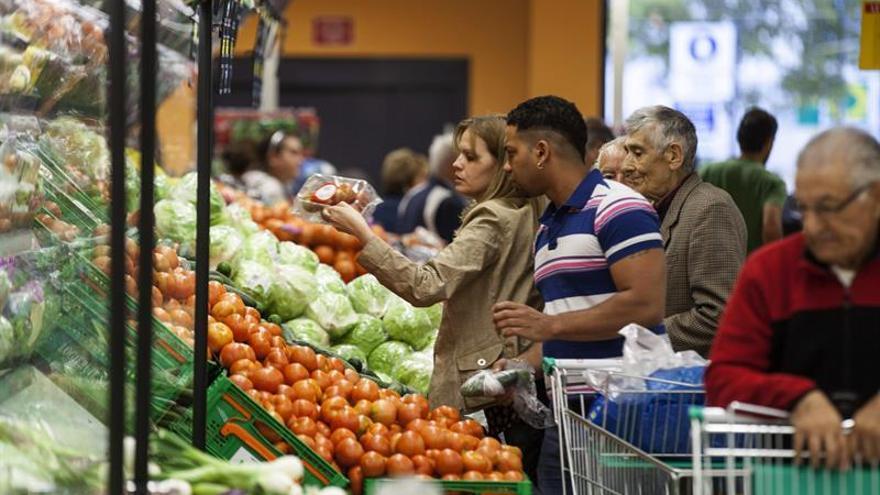 Personas compran en un supermercado