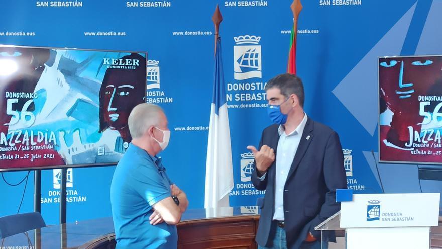 Miguel Martín y Eneko Goia conversan antes de la rueda de balance del Jazzaldia
