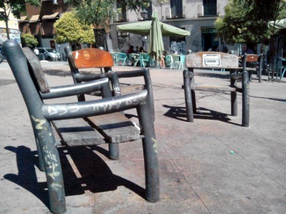 Bancos individuales en la Plaza de Juan Pujol