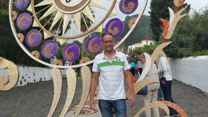 Jorge Pérez junto al arco de San Simón. Foto: LUZ RODRÍGUEZ