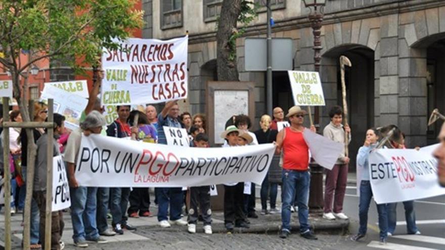 Plataformas contra el PGO de La Laguna protestan frente al Ayuntamiento