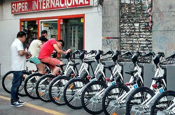 Madrileños montan en las bicis 'estáticas' de Juan Pujol | SOMOS MALASAÑA
