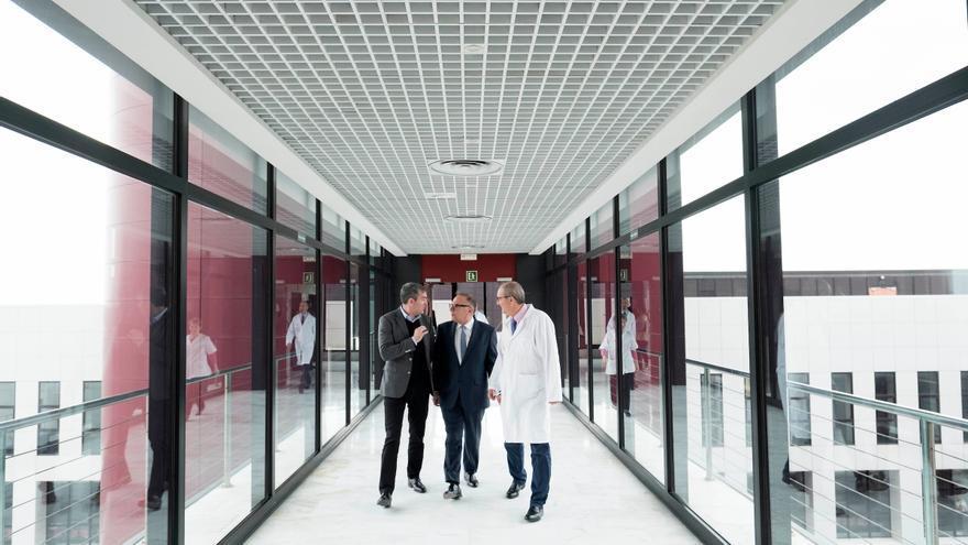 Fernando Clavijo, el consejero de Sanidad, José Manuel Baltar, y el director-gerente del Complejo Hospitalario Universitario Insular-Materno Infantil, Víctor Naranjo