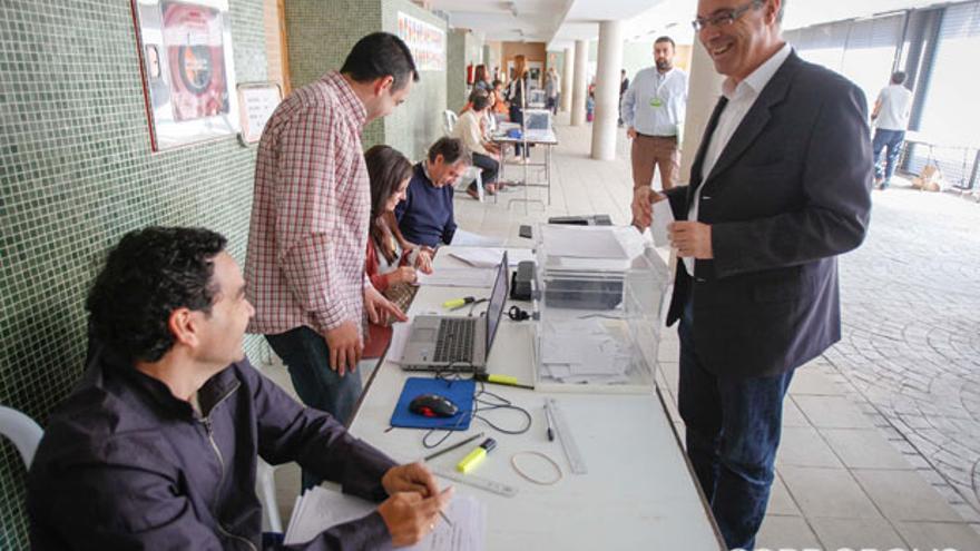 El secretario provincial del PSOE Juan Pablo Durán ejerce su derecho al voto | ALVARO CARMONA
