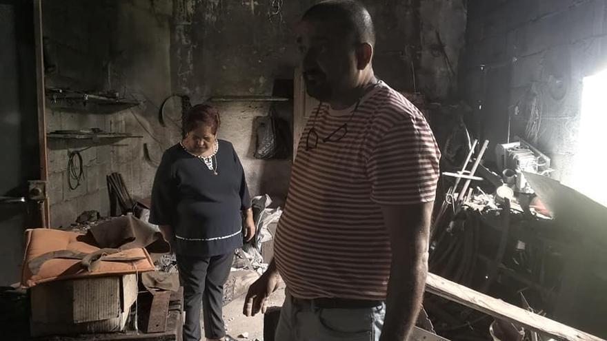 Familiares de Anelio Hernández en la antigua fragua del 'herreno de Carmona'.