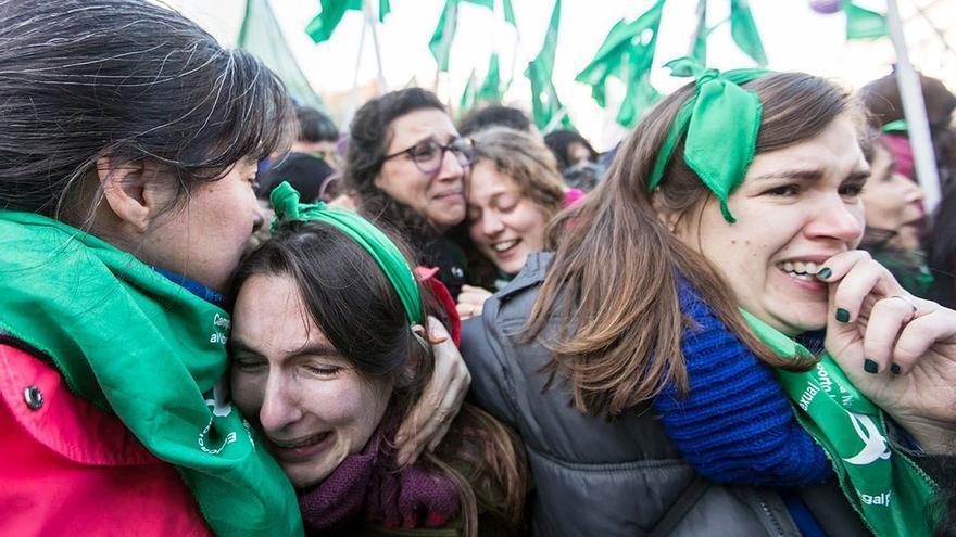 Feministas argentinas celebran la legalización del aborto.