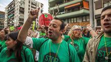 Protesta de la PAH ante la sede del PP en Barcelona. /CARMEN SECANELLA