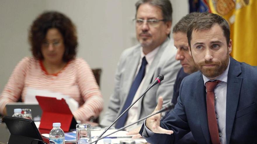 El consejero de Turismo, Cultura y Deportes del Gobierno de Canarias, Isaac Castellano (d), compareció este viernes en comisión parlamentaria.