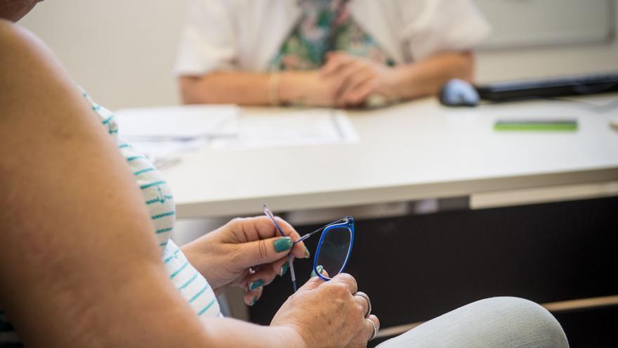 Una mujer es atendida en un Centro de Atención Primaria