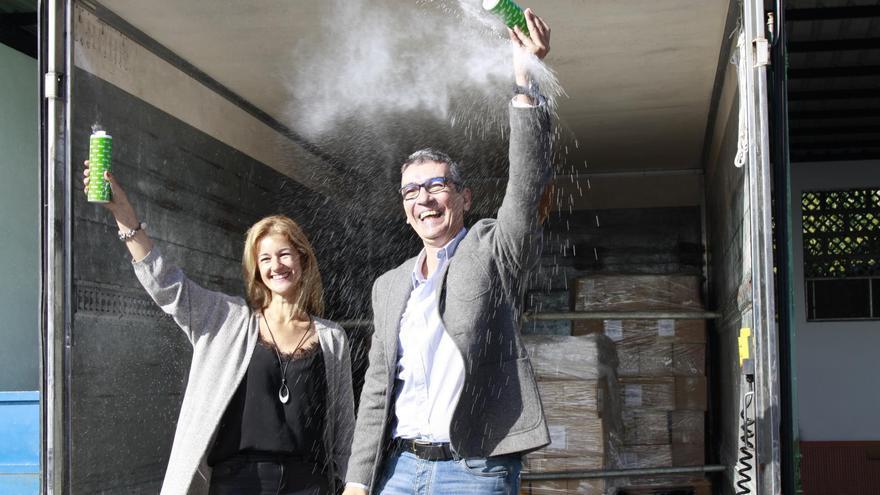 Virginia Espinosa, concejal de Fiestas de Santa Cruz de La Palma, y José Guillermo Rodríguez Escudero, delegado de Binter en La Palma.