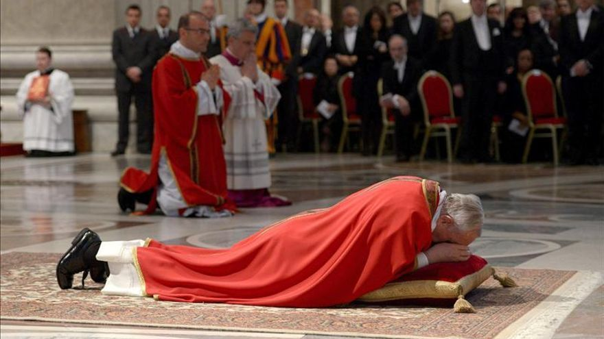 El papa Francisco reza tendido en el suelo durante la Pasión de Cristo. / Efe