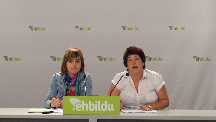 Maite Iturre y Onintza Enbeita de EH Bildu durante una rueda de prensa