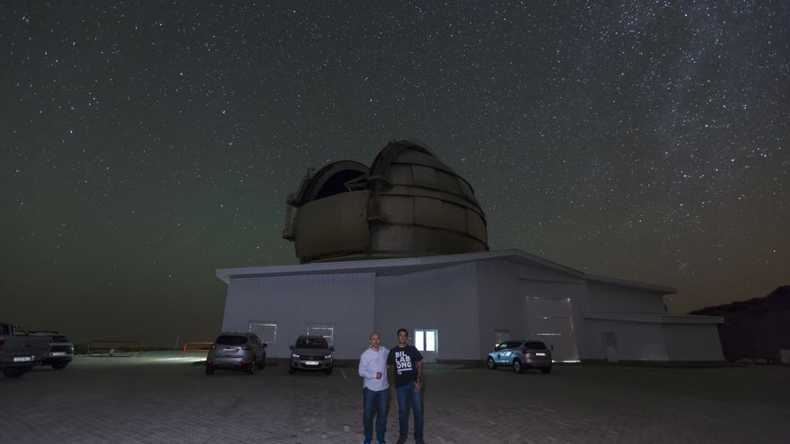 Nicolás Melini con el Gran Telescopio Canarias (GTC), al fondo. Crédito: Antonio González/IAC.
