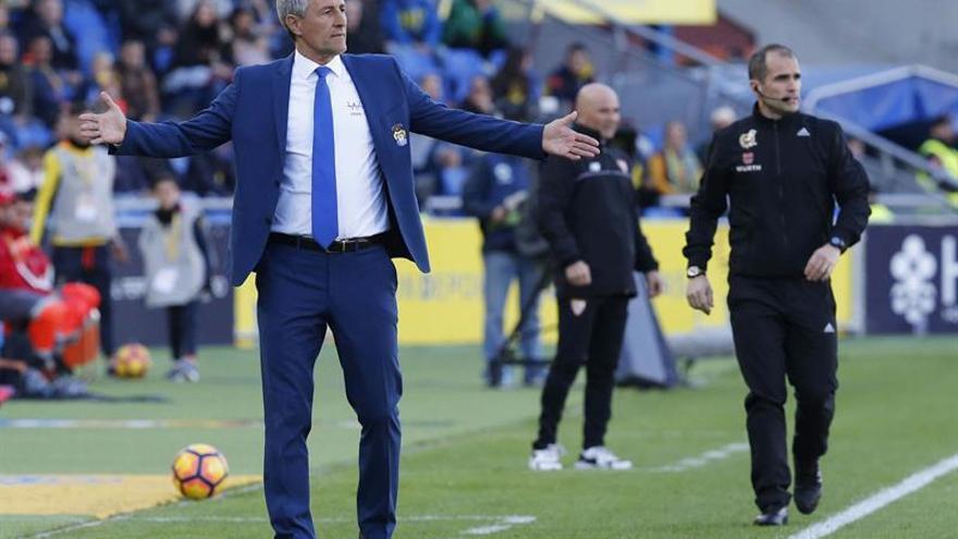 El entrenador de la UD Las Palmas, Quique Setién durante el partido contra el Sevilla de la vigésima segunda jornada de la Liga de Primera División en el estadio de Gran Canaria, en Las Palmas de Gran Canaria. EFE/Elvira Urquijo A.