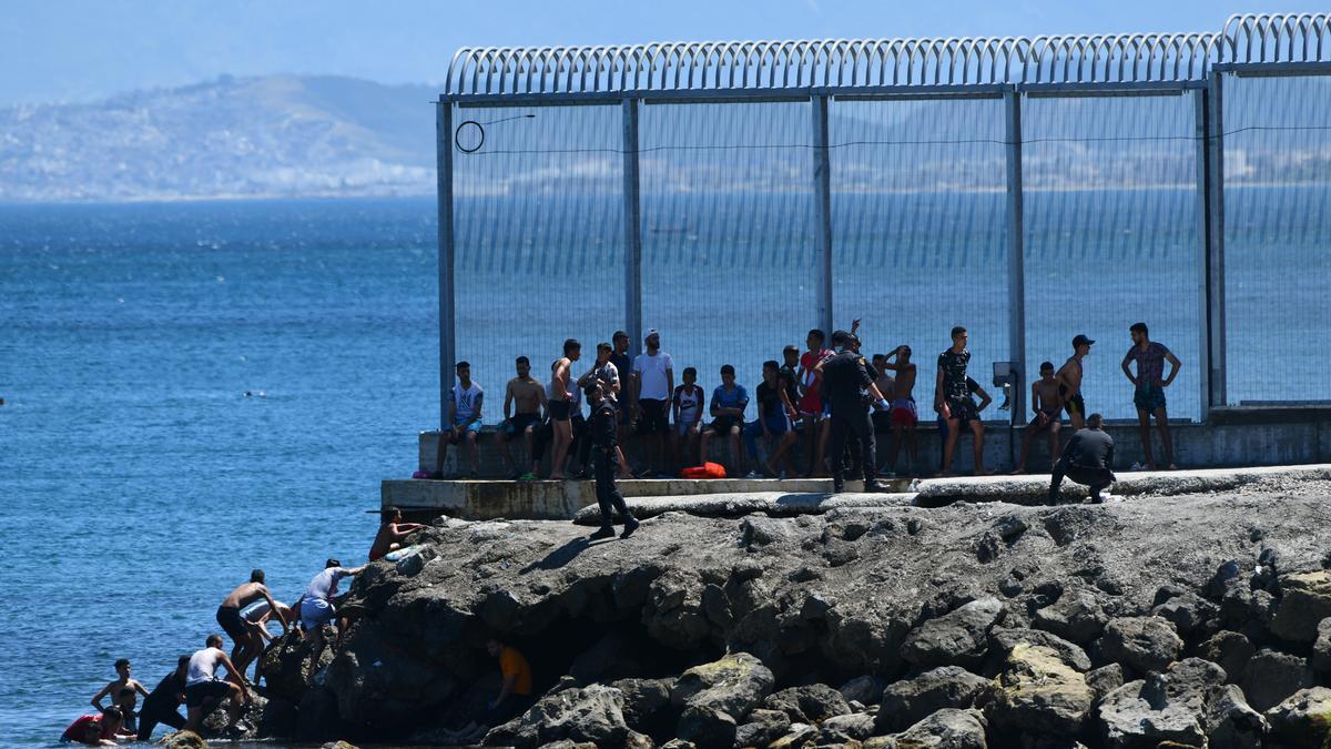 Un grupo de migrantes marroquíes en las inmediaciones de la valla de Ceuta, a 17 de mayo de 2021, en Ceuta (España)