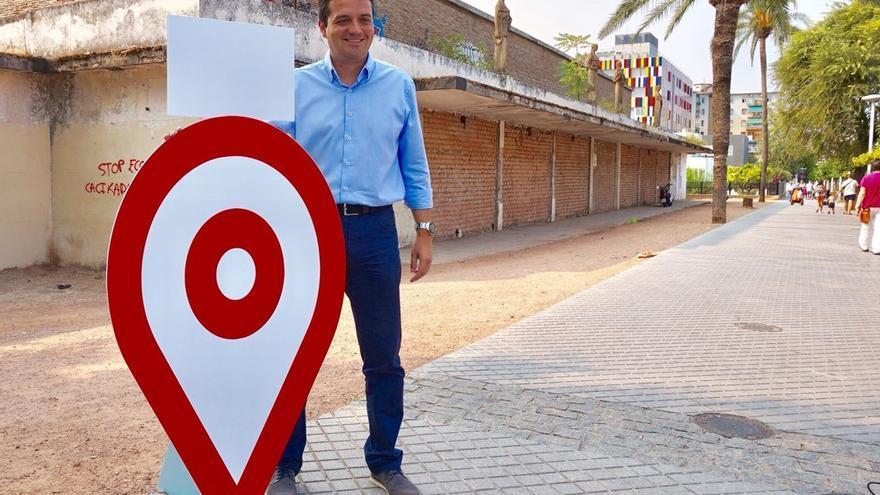 José María Bellido ante el pabellón de la Juventud.