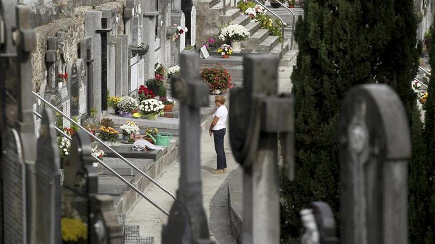 El buen tiempo acompaña a las familias a visitar a los suyos en los cementerios