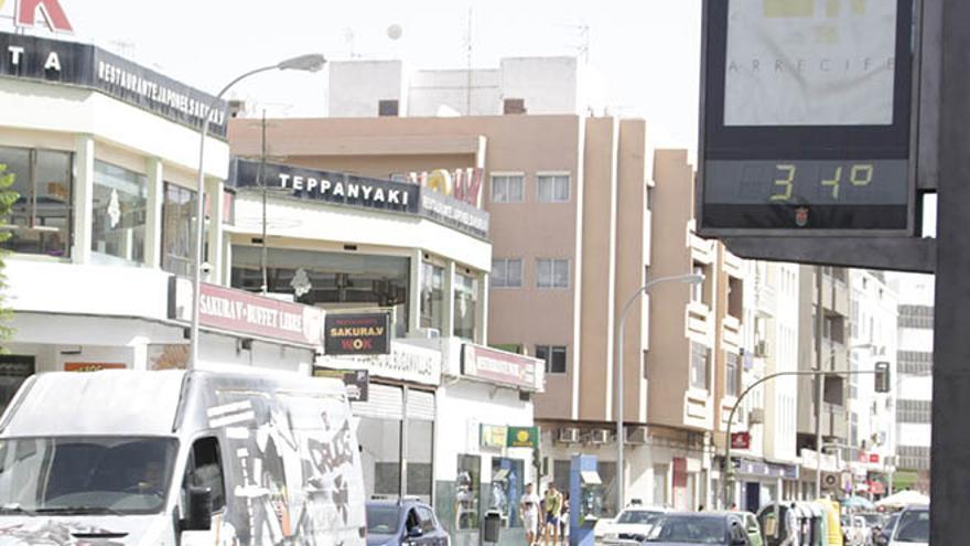 Un termómetro marca 34 grados en Lanzarote.