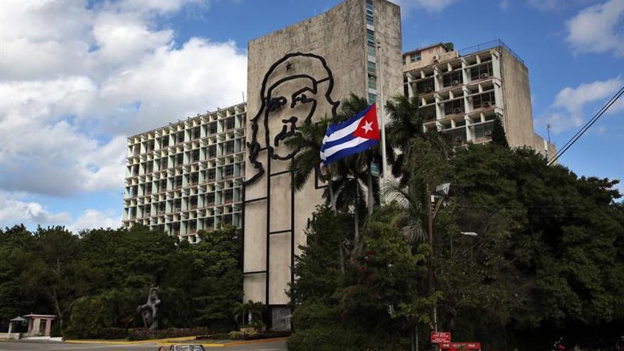 Una bandera de Cuba a media asta en homenaje a Fidel Castro en la Plaza de la Revolución de La Habana.