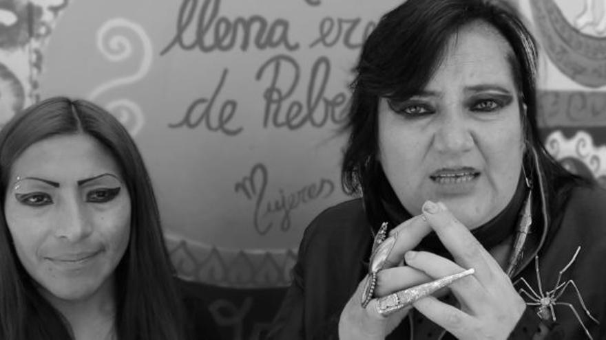 María Galindo (derecha)