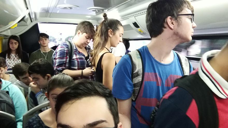 Hacinamiento jóvenes transporte público