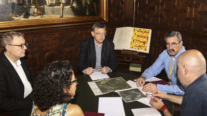 Ximo Puig, con el director general de Emergencias, José María Ángel, en la reunión sobre los incendios forestales.
