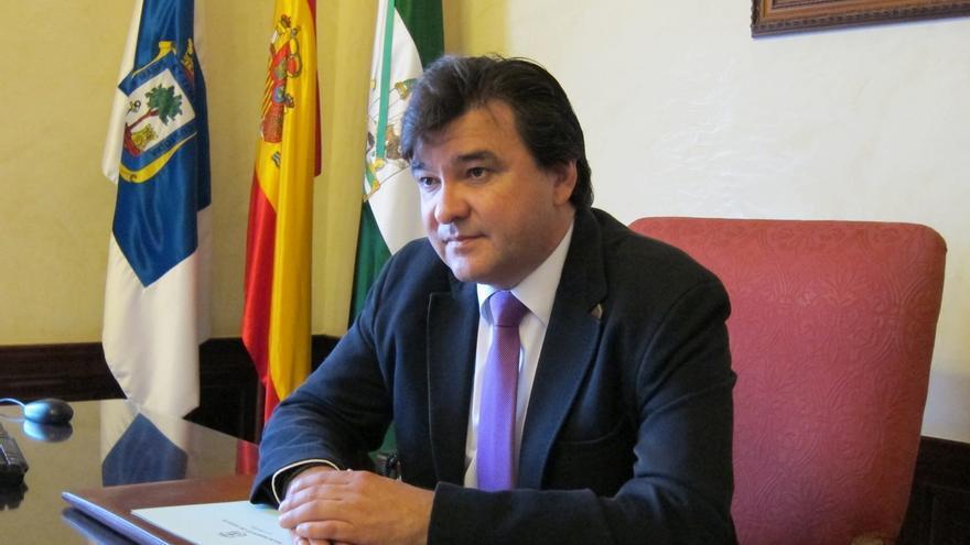 El alcalde de Huelva, que cobra 3.042 euros mensuales, publica su nómina completa en la web municipal