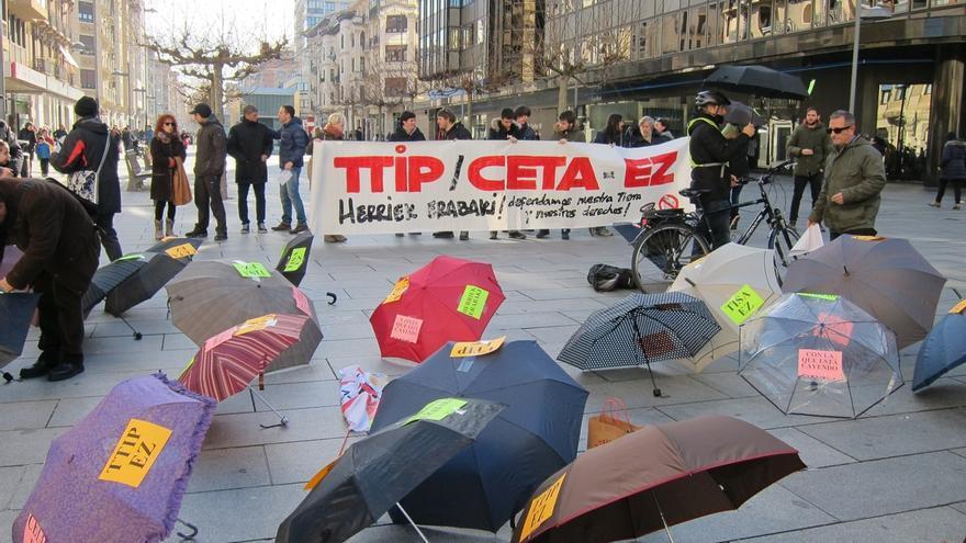 Una concentración de paraguas rechaza el CETA y pide al Parlamento Europeo que vote en contra de su ratificación