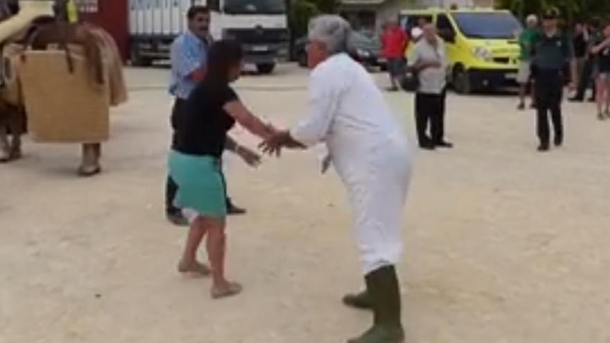 La activista de EQUO Toñi Gómez, agarrada por un trabajador de la Plaza de Toros de Archena