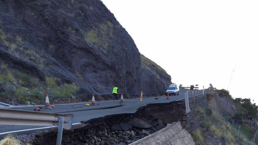 Desplome de un muro en la carretera entre Agaete y La Aldea