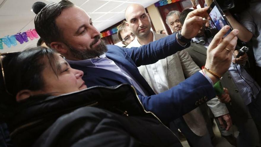 Santiago Abascal se hace un selfie con una simpatizante