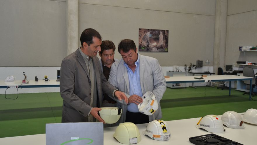 El responsable de Angelhelmet junto a representantes de la Delegación de Economía y Empleo en la nave de Gibraleón.