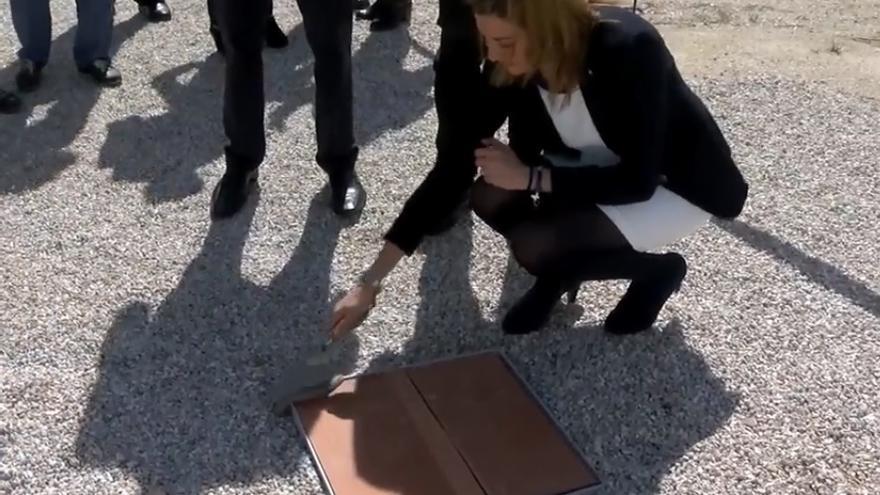 """La Alcaldesa de Archena, Patricia Fernández, en el acto simbólico del inicio de construcción del """"Centro Cívico Otro Lao"""""""