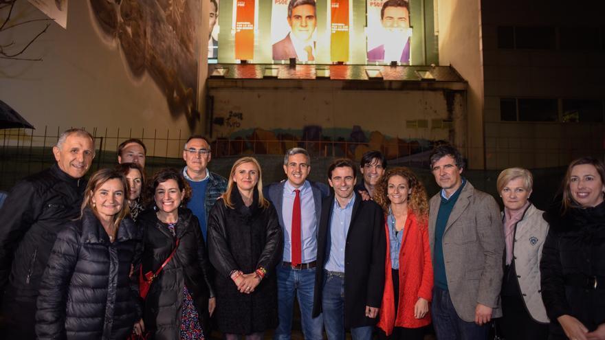 Pablo Zuloaga y Pedro Casares arropados por su equipo del PSOE en el arranque de campaña.