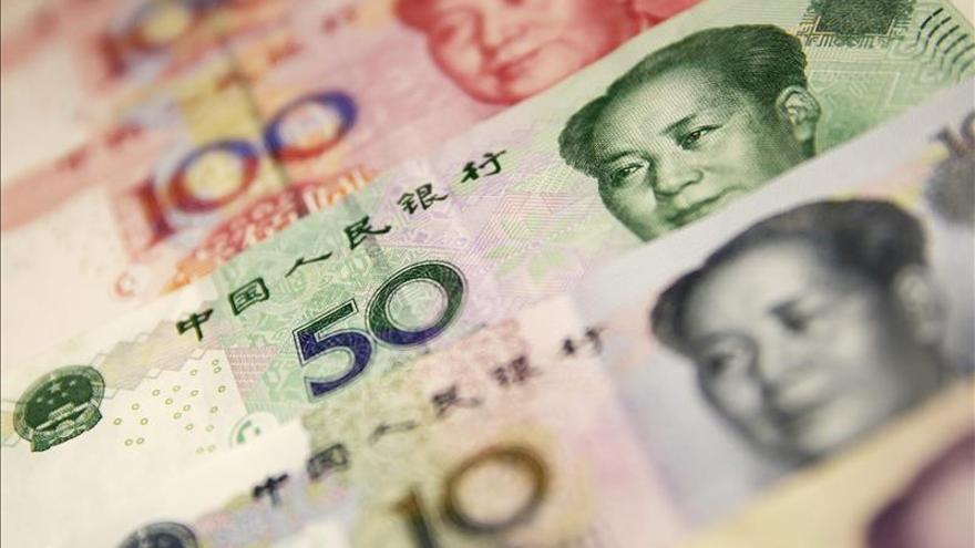 El presidente del banco central chino busca calmar a los mercados por el yuan