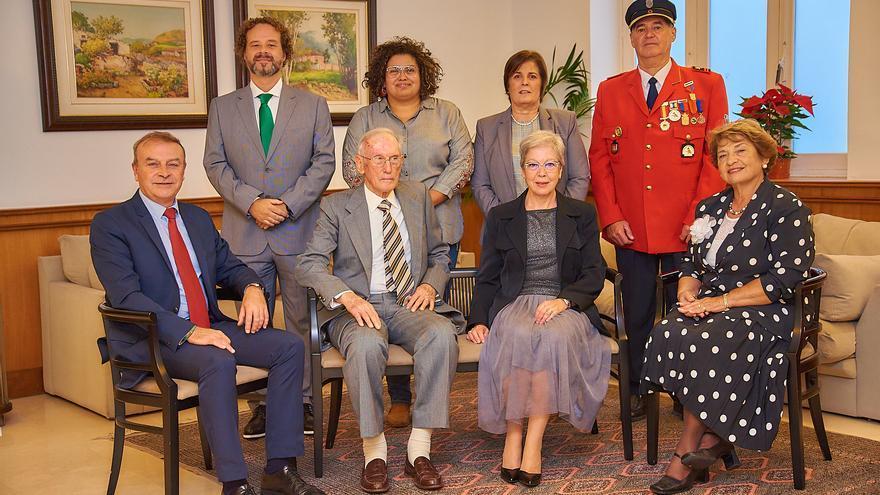 Foto de familia con los premiados en 2018 y la consejera insular de Acción Social, Coromoto Yanes