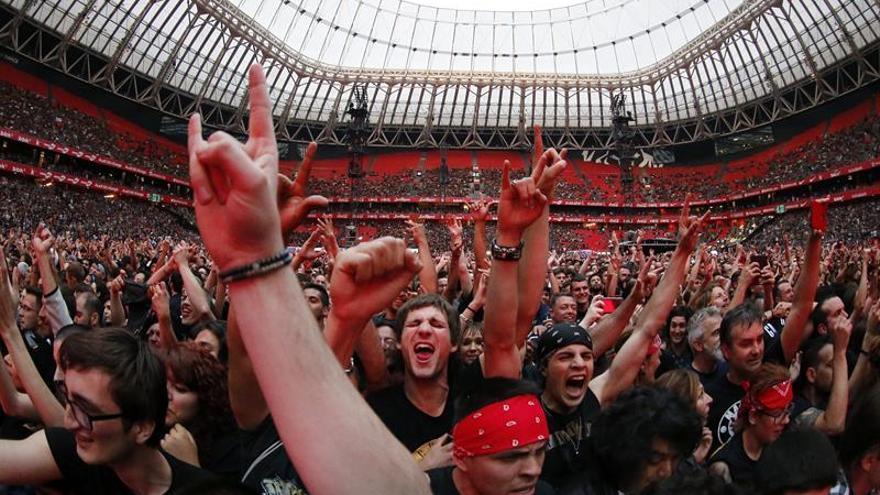 acae93aec00 Los Guns N  Roses de Axl y Slash hacen vibrar a un San Mamés entregado