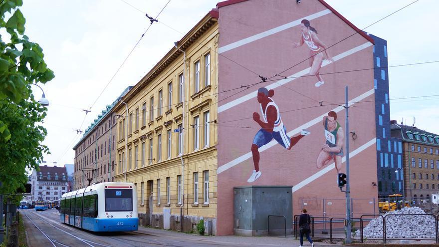 Mural pintado por jóvenes suecos en riesgo de exclusión social en un bloque de viviendas de Suecia