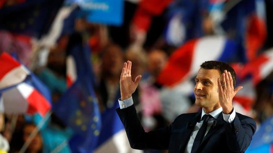 """Macron quiere """"pasar página de los últimos 20 años"""" en Francia"""